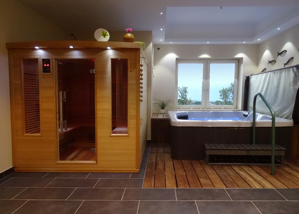 Sauna piscine spa baln o naturiste au ch teau en for Salon naturiste